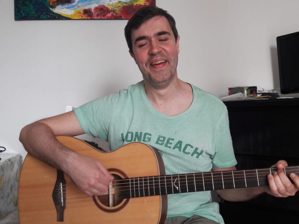Il Cantautore Manuels alla chitarra